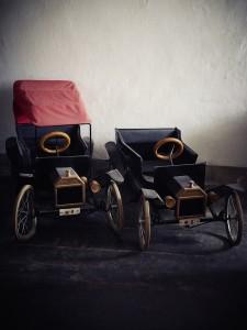 Frederik-9-og-Knuds-børne-go-carts-med-kroneplader