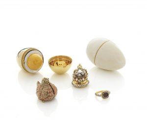 Guldæg med høne. Dette guldæg er fremstillet i Frankrig omkring år 1720. Det var en gave fra Charlotte af Orléans til den engelske Dronning Caroline. Det kan skilles i fem dele (elfenbensæggeskal, guldæggeskal, høne, krone og ring) og har også haft en praktisk funktion, idet man kunne have duftevand i beholderen. Det er ikke usandsynligt, at ægget kan have tjent som inspiration for den russiske hofjuveler Carl Fabergés berømte æg, som hans firma fremstillede i perioden 1885-1917. Foto: Iben Kaufmann