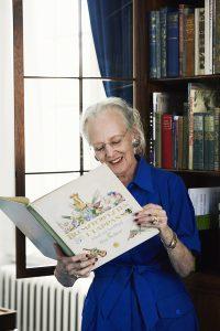 H.M. Dronningen foran bogskabet i sit soveværelse på Amalienborg med barndommens bøger, der har været til stor inspiration i Dronningens teaterarbejde. Foto: Kamilla Bryndum