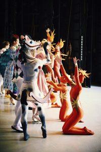 """H.M. Dronningen: """"Jeg elsker den særlige stemning på Pantomimeteatret, selvom jeg ikke hæftede mig ved teatret som barn, fordi jeg var mest interesseret i radiobilerne og rutsjebanen"""". Her er et glimt fra kulissen, hvor H.M. Dronningens kostumer i forgrunden er en gyngehest og dansende flammer. Foto: Kamilla Bryndum"""