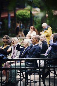H.M. Dronningen er tilskuer på Pantomimeteatret i Tivoli sammen med teatrets kunstneriske chef, Peter Bo Bendixen, og koreografen, Dinna Bjørn. Det mangeårige team følger den nye forestilling. Foto: Kamilla Bryndum