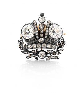 Kronebroche. Én ud af 18 fremstillet i 1896 af Fabergé til Storfyrstinderne af Rusland. Denne er gået i arv fra Anastasia af Mecklenburg-Schwerin helt op til Prinsesse Elisabeth, som testamenterede den til Kongernes Samling. Foto: Iben Kaufmann